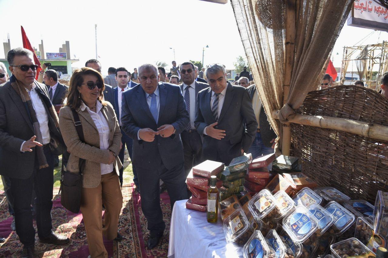غادة والي تفتتح معرضا للأسر المنتجة وسوقا خيريا للملابس بالوادي الجديد