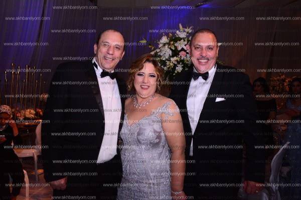 عمرو دياب يظهر بإطلالة شبابية بزفاف «رامي ومنة»