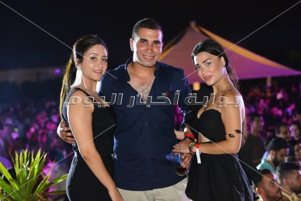 دينا تتألق على أغاني عمرو دياب في «الساحل»