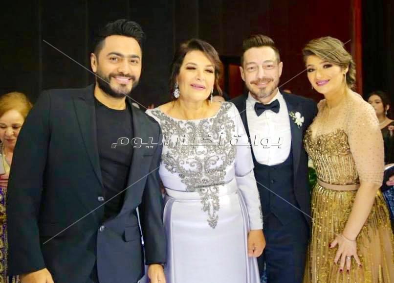 أحمد زاهر يحتفل بزفاف شقيق زوجته.. وتامر حسني والعسيلي ودينا يشعلون الزفاف