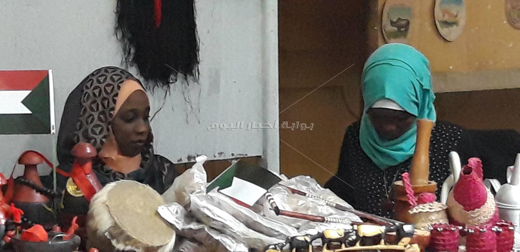 معرض للمنتجات البيئية والمشغولات التراثية السودانية بالصحفيين