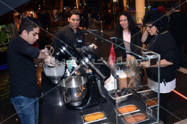 تامر حسني يحتفل بعرض «سبايدر مان» مع زوجته وجمهوره