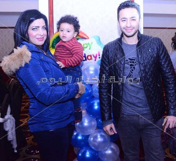 حماده هلال وكارين يحتفلان بعيد ميلاد نجل مصفف الشعر طارق الطحان
