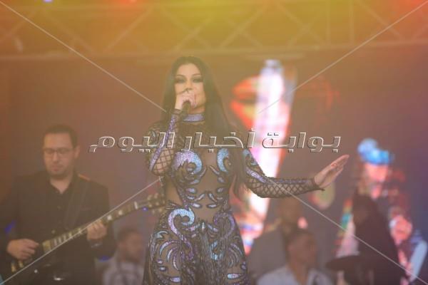 ظهرت بسواريه مُثير.. هيفاء تخطف الأنظار بـ«كريسماس عالمي» في القاهرة