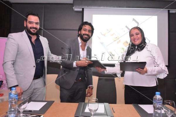 طارق عبد العزيز ونادية مصطفى ويونس في حفل أحد المشروعات