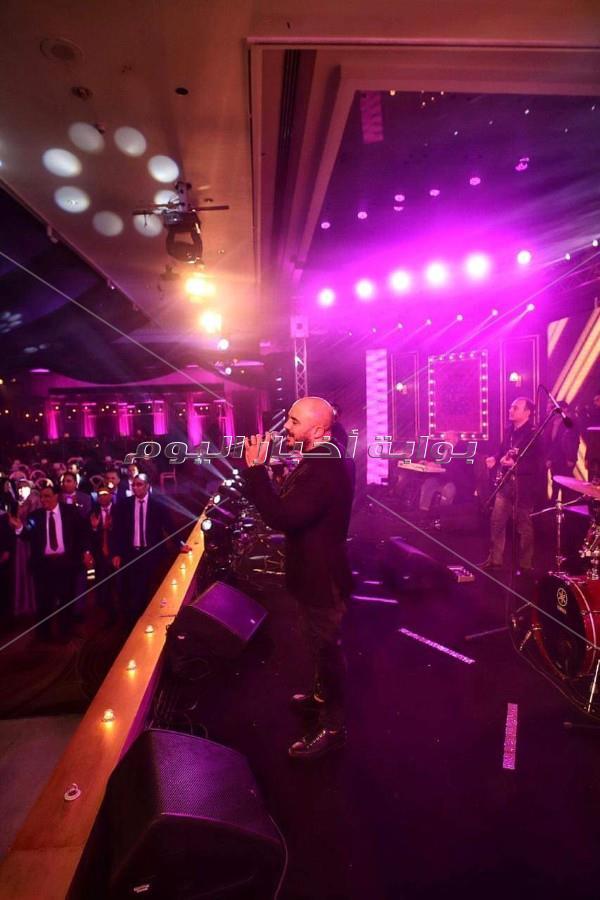 العسيلي يتألق وسط جمهوره في حفل غنائي بأحد الفنادق