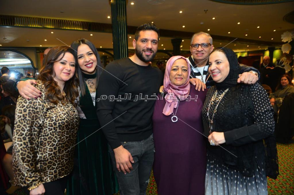 الفخراني ويسرا وليلى علوي يحتفلون بعيد ميلاد دلال عبد العزيز