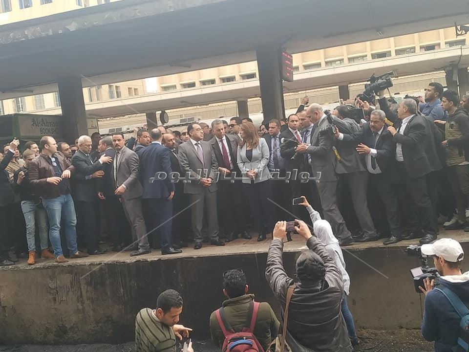 وصول رئيس الوزراء وغادة و ابي ووزير النقل موقع حريق قطار محطة مصر