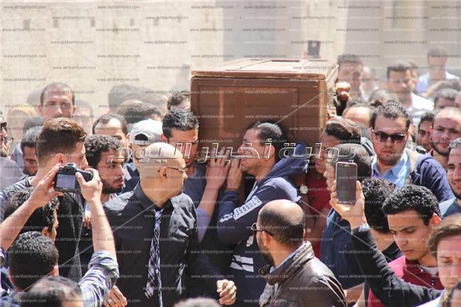 في ذكرى رحيله..لقطات من جنازة أحمد خالد توفيق