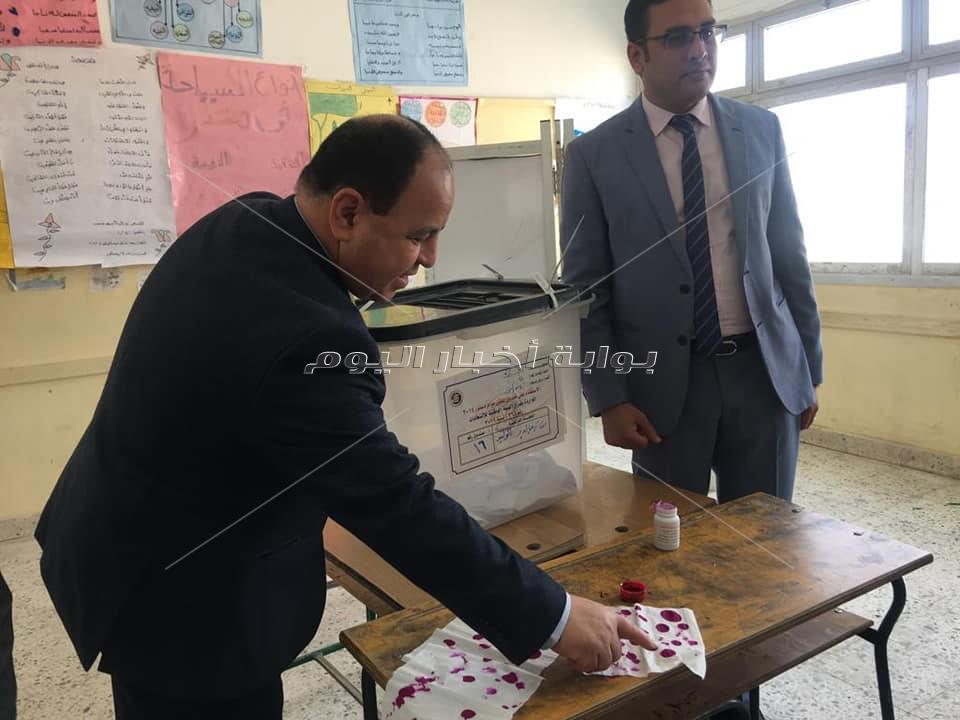 وزير المالية عقب ادلائه بصوته فى الاستفتاء