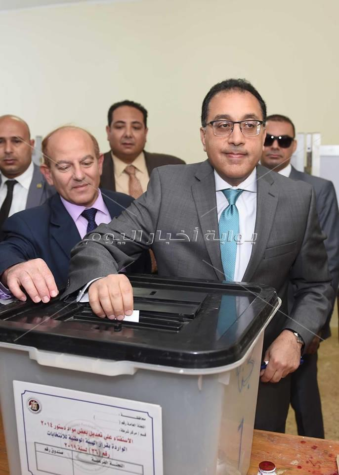 ?رئيس الوزراء يدلي بصوته في استفتاء التعديلات الدستورية بمدرسة الشيخ زايد الفندقية