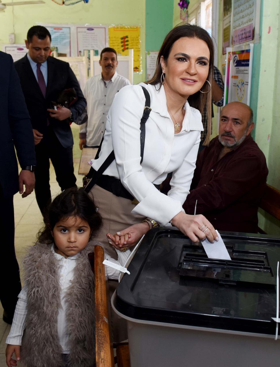وزيرة الاستثمار والتعاون الدولى تدلى بصوتها فى الاستفتاء على التعديلات الدستورية بمصر الجديدة
