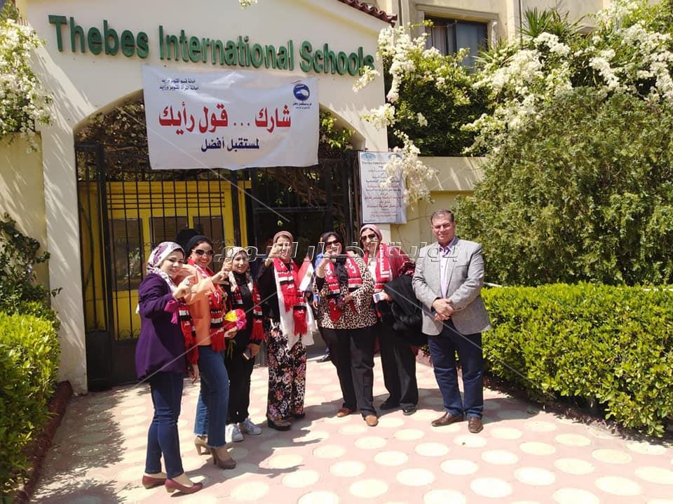توافد العاملين بالإدارة التعليمية لتشجيع زملائهم بالمشاركة بالتصويت للاستفتاء باليوم الثاني
