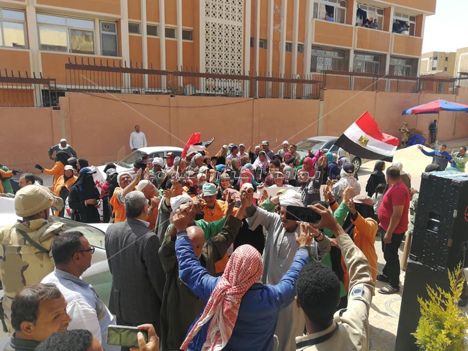 مسيرة من الاهالي والاحزاب َ في تجوب شوارع 6 أكتوبر