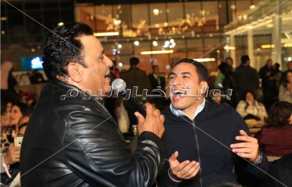 محمد فؤاد يتألق بخيمة «ع الطاولة» بدويتوهات مع المعجبات