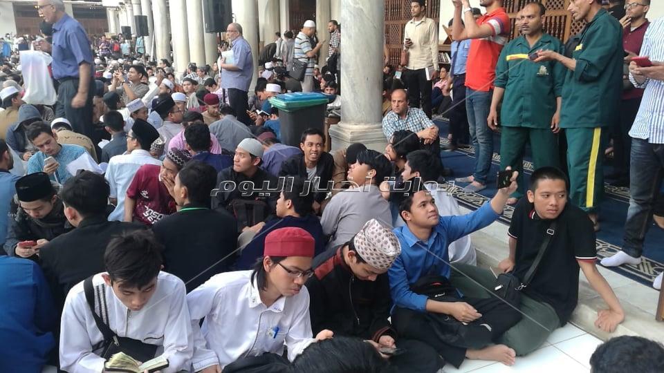 ضيوف الجامع الأزهر يستعدون للإفطار الجماعي