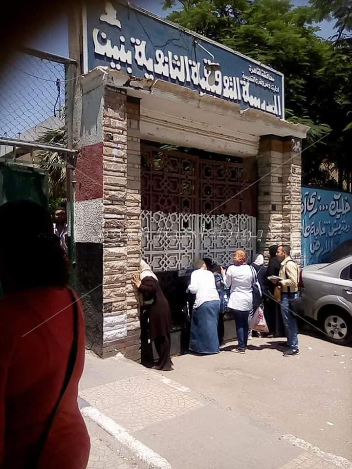 الأمهات بطل المشهد فى إمتحانات الثانوية العامة .. اليوم