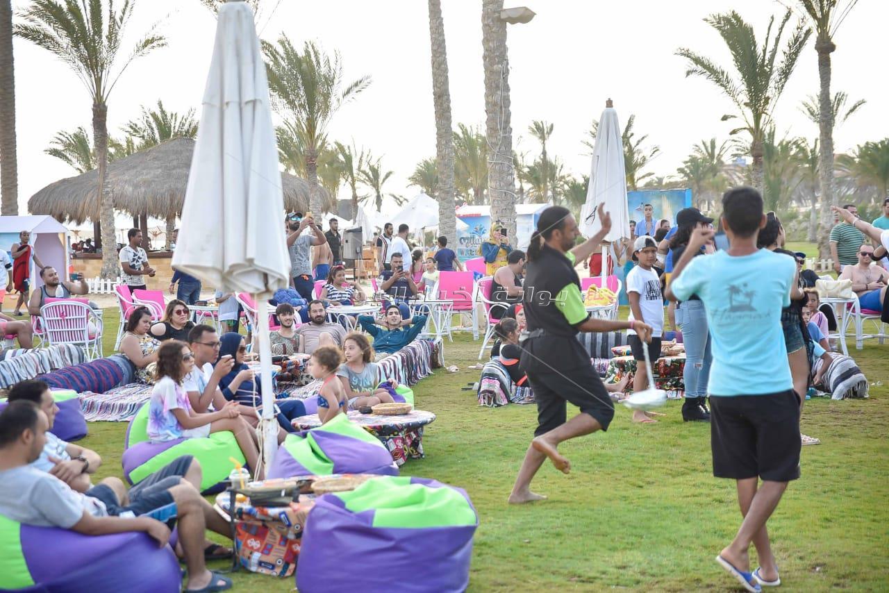 ثلاثي ضوضاء المسرح يحيون حفل ضخم بشاطئ الهاموك