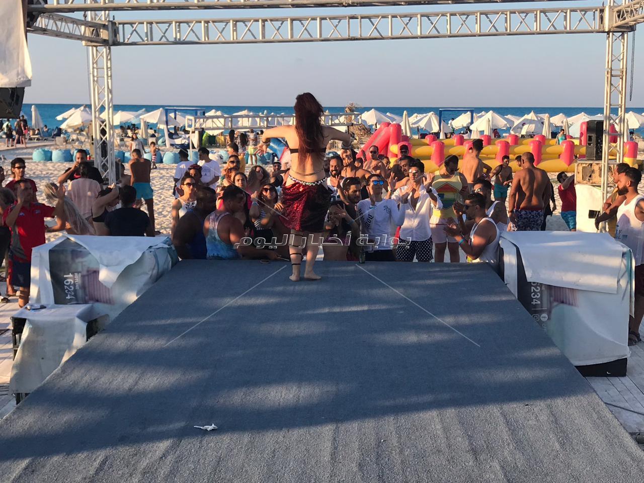 «أنا الأصلي».. أحمد سعد يُلهب أجواء الشاطئ بحفل «وايت بيتش»