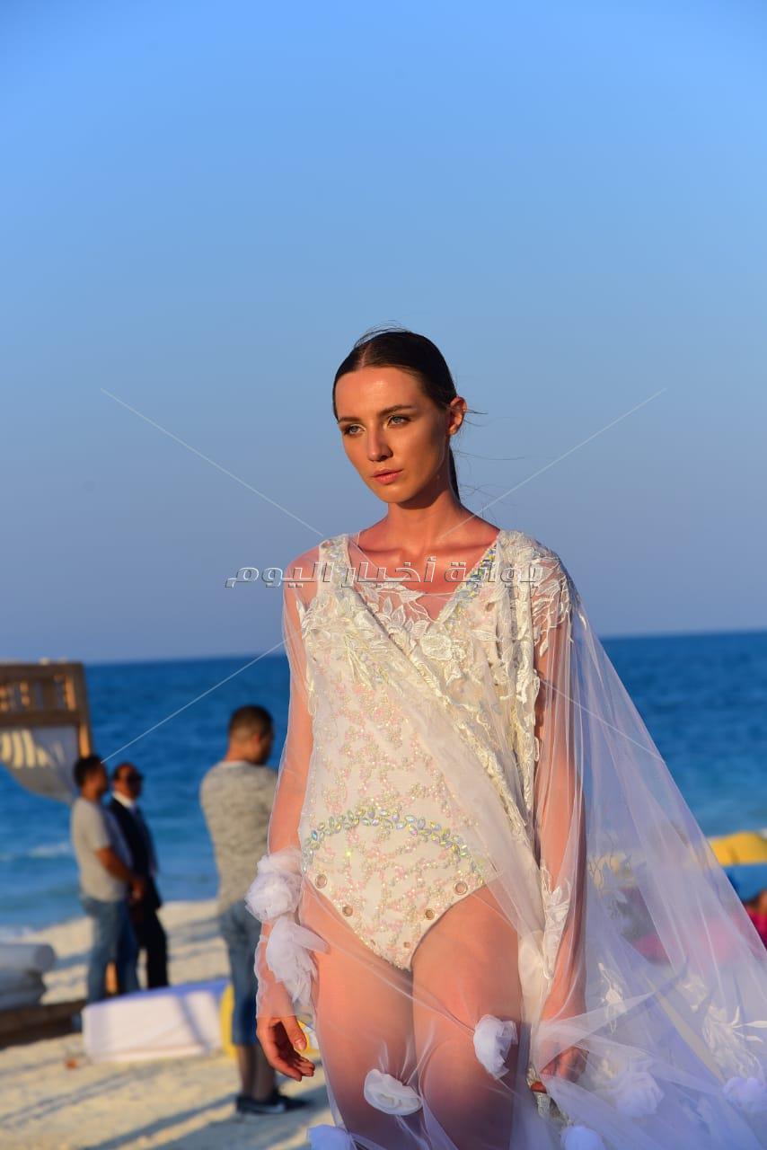 نجوى زهران تُبهر جمهورها بعرض أزياء على البحر