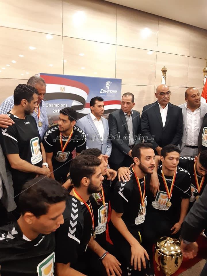 لحظة وصول أبطال اليد مطار القاهرة