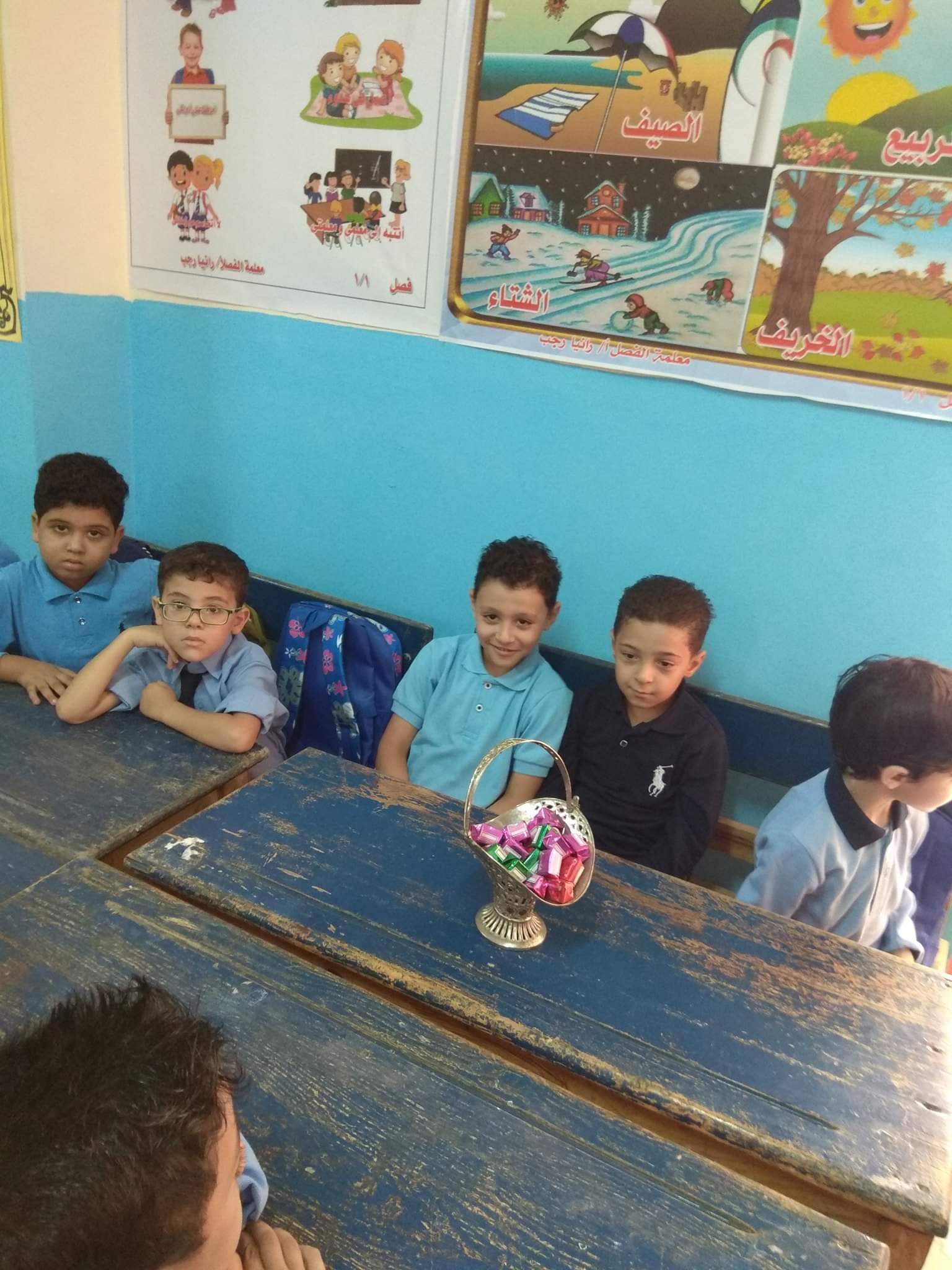مدارس دمياط تستقبل الطلاب بالشيكولاتة