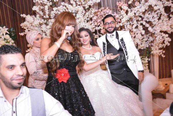 عصام كاريكا ونجوان يحييان زفاف ابنة حنان نصر