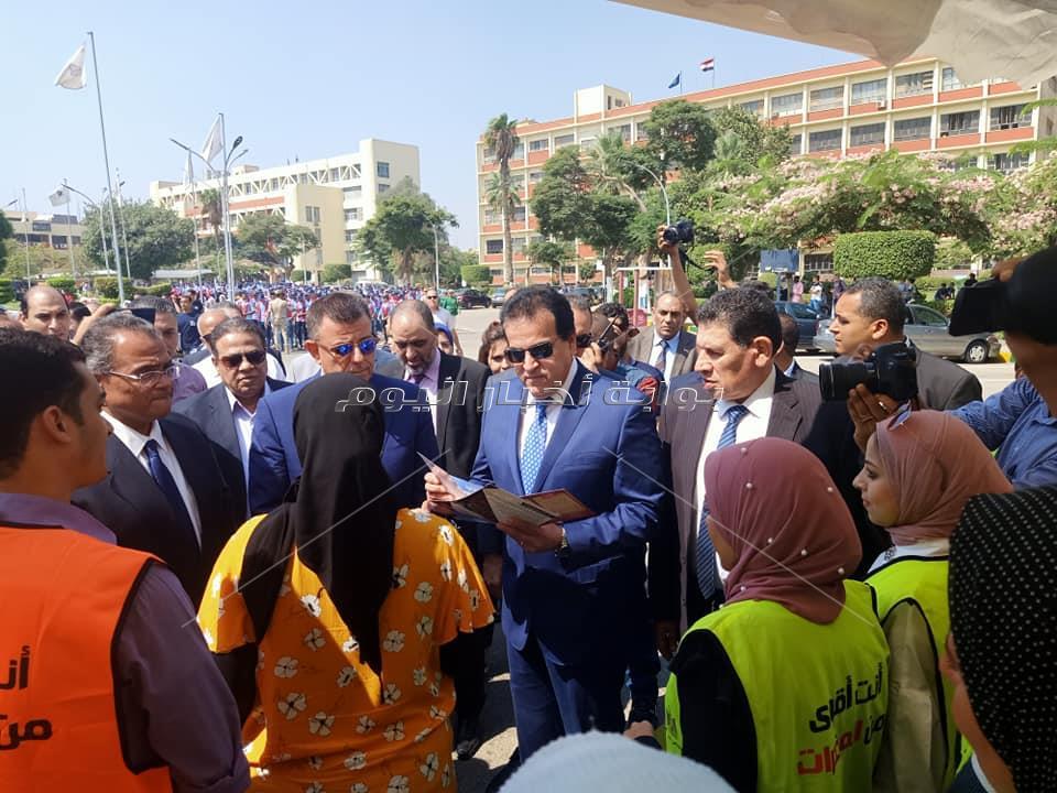 وزير التعليم العالي يستقبل الطلاب في جامعة عين شمس