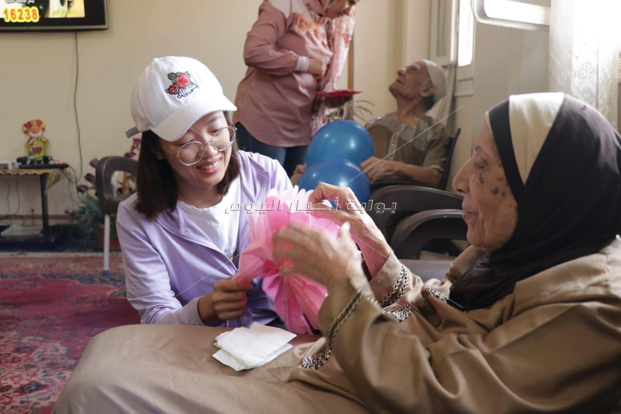 الشركة الصينية العاملة بالعاصمة الإدارية تزور دار مسنين بمناسبة عيد تشونغ يانغ