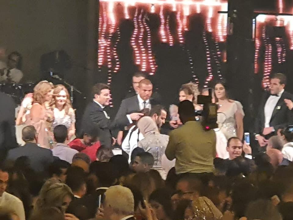 بالصور الهضبة يحيي حفل زفاف نجل هاني شاكر وسط حضور كوكبة من نجوم الفن والمجتمع