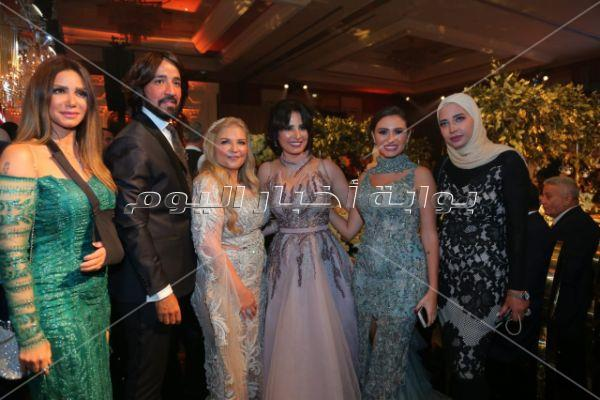 دينا الشربيني بصحبة عمرو دياب في حفل زفاف شقيقة ملك قورة