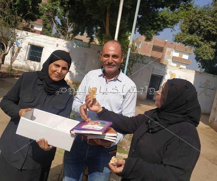 أقباط يوزعون حلوى المولد النبوي على المعلمين والتلاميذ بنجع حمادي