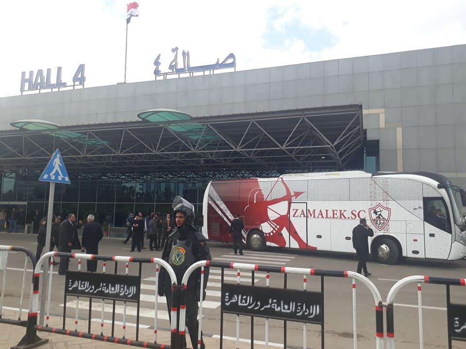 صور الأتوبيس الخاص بنادي الزمالك يصل أمام صالة 4 بمطار القاهرة استعداد لوصول البعثة من أبو ظبي