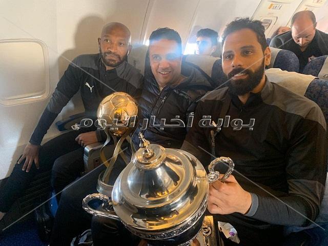 احتفال لاعبو الزمالك بكأس السوبر من داخل الطائرة والمطار