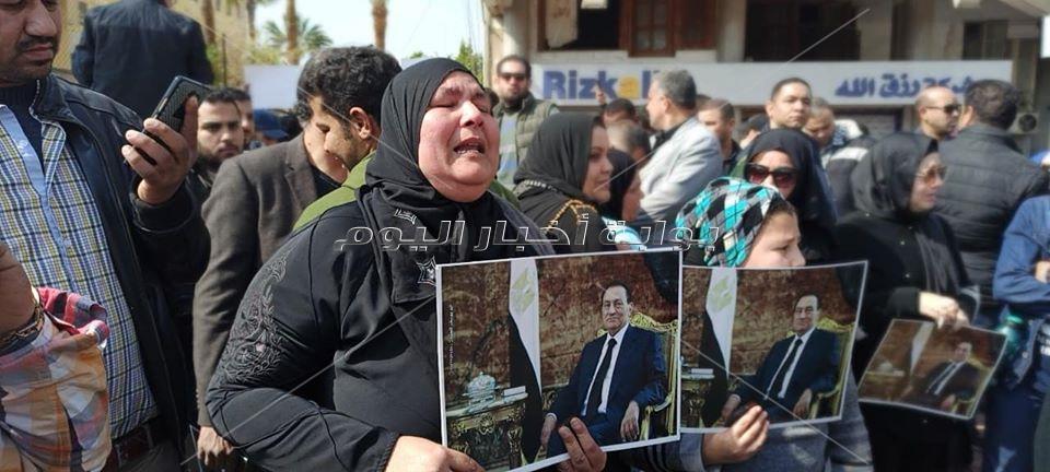 بالدموع سيدات مصر يودعون مبارك إلى مثواه الأخير