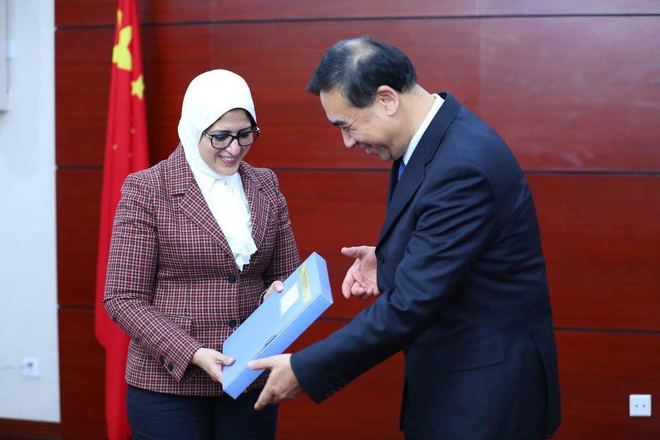 محطات وزيرة الصحة في الصين.. أولها الإجراءات الوقائية في مطار بكين