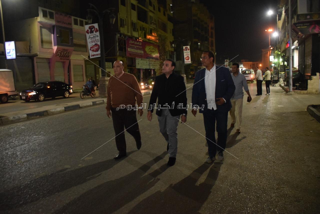 نائب محافظ الأقصر يتجول ليلا فى شوارع المدينة