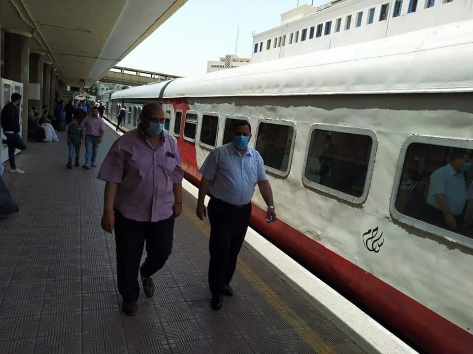 """رئيس """"السكة الحديد"""" يتابع صرف تذاكر العيد ويوجه بحسن معاملة الجمهور"""