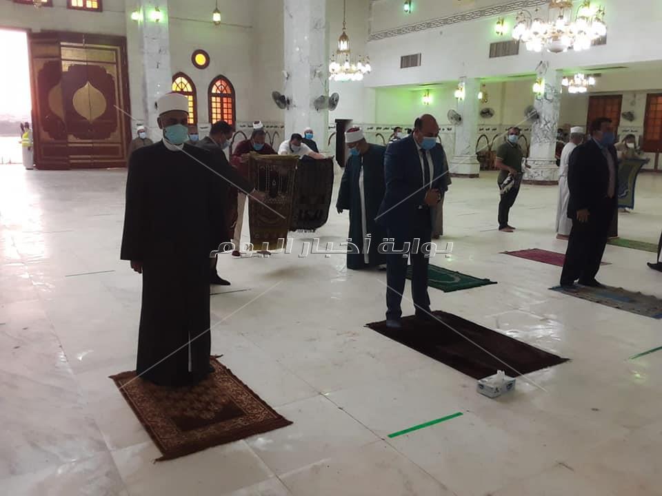 « الصلاة في مساجد أسوان بالكمامات والتزام بتعليمات الوقاية»