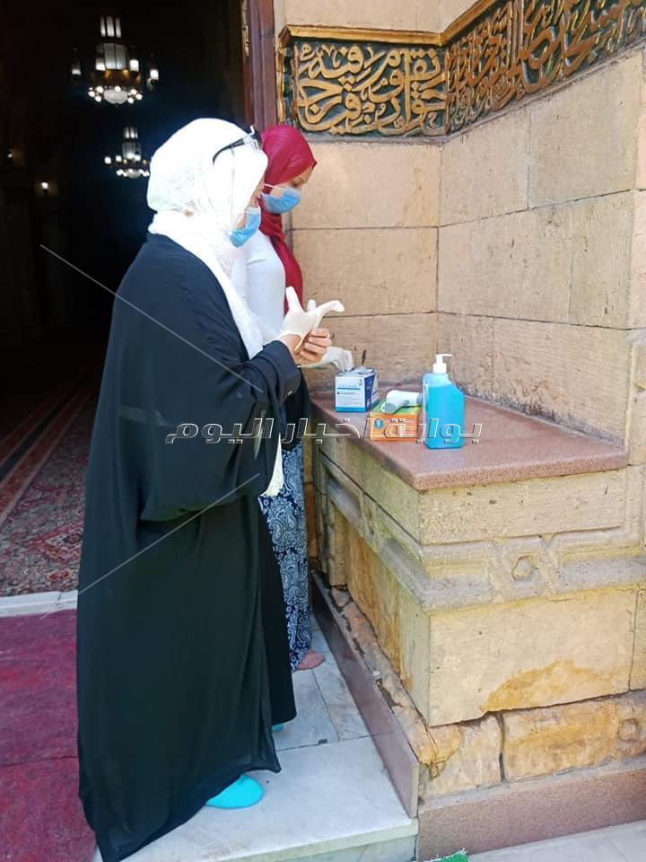 صور| بـ«الحلوى» و«الكمامات» الصلاة الأولى في مصلى النساء بالسيدة زينب
