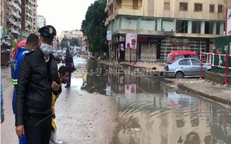 رجال الشرطة يواصلون جهودهم لمساعدة المواطنين على مواجهة الأمطار