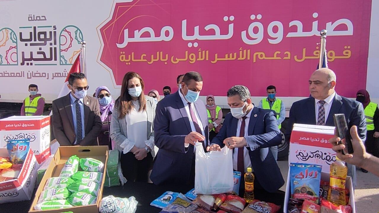 """محافظ البحيرة يستقبل قوافل صندوق """" تحيا مصر """" لدعم الأسر الأولى"""