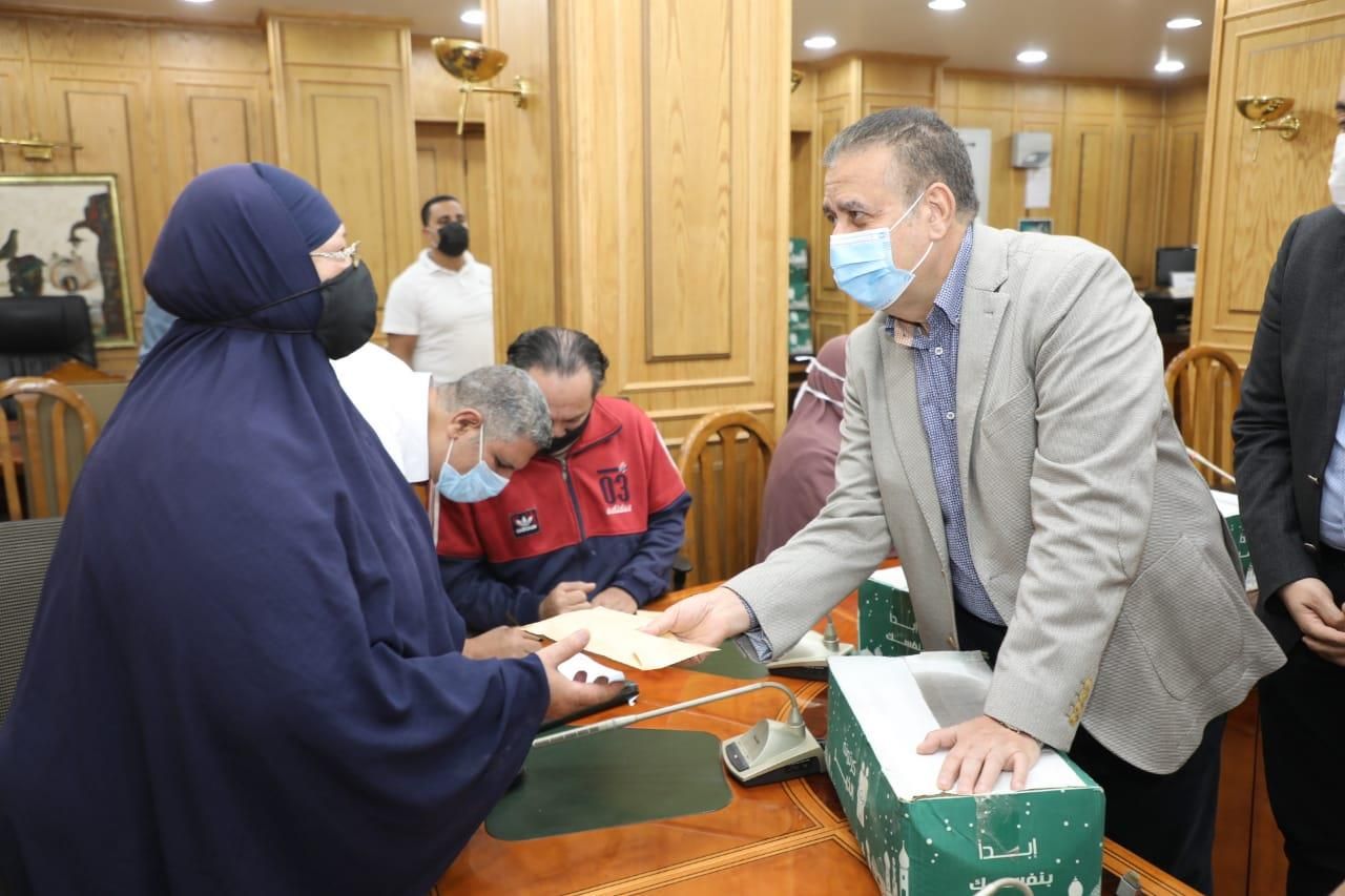 كراسي متحركة ومساعدات مالية وعينية هدية محافظ المنوفية في عيد الفطر المبارك