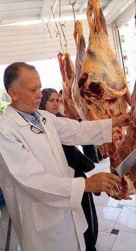 أطباء بيطريون يعملون بالجزارة.. اشتري لحمة وعليها استشارة مجاناً