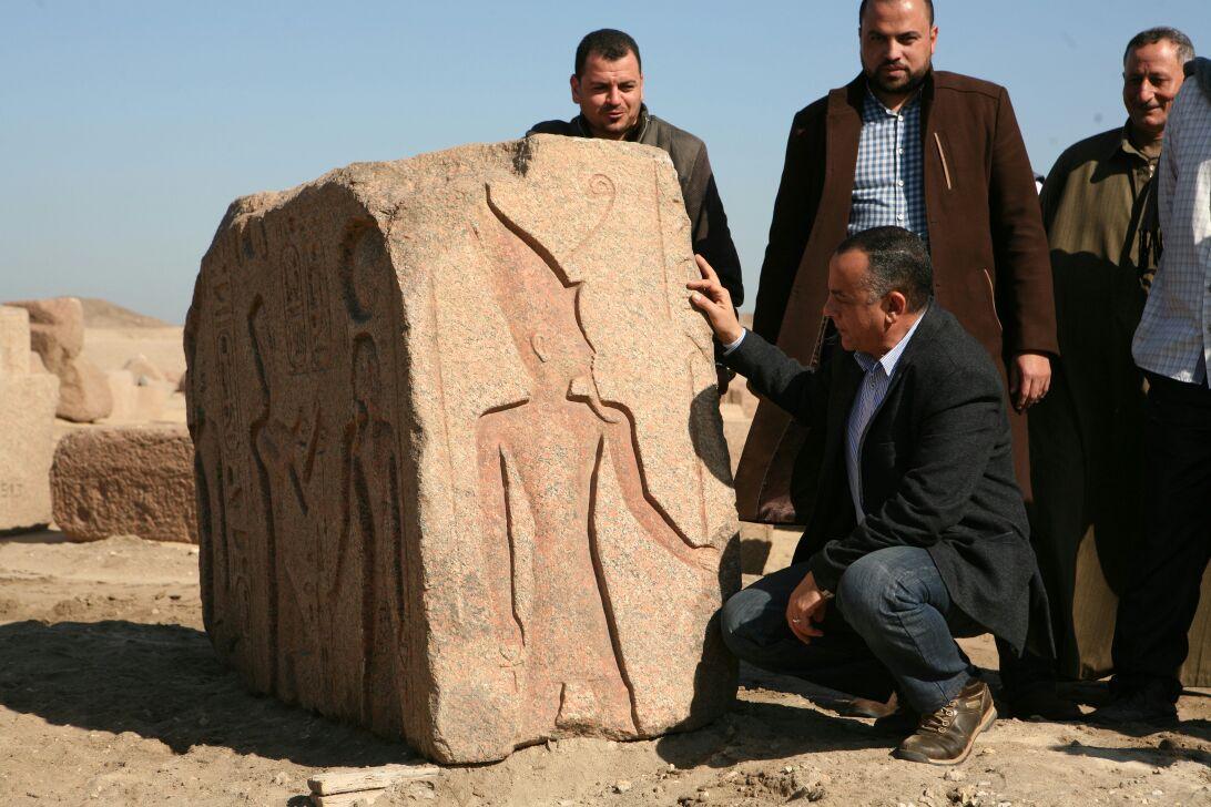 العثور على لوحة أثرية بمنطقة صان الحجر بالشرقية