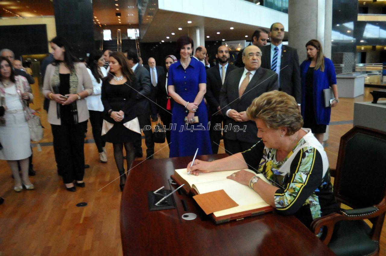 الرئيس اليوناني و وفد العودة للجذور  يبديان إعجابهم بمكتبة الإسكندرية