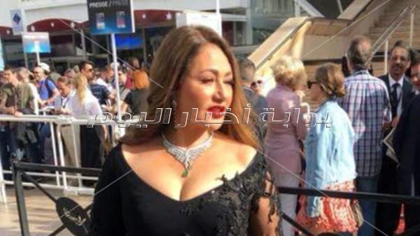 ليلى علوي تخطف الأنظار في «كان» بسواريه هاني البحيري