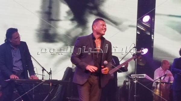 عمرو دياب يُلهب الأجواء بحفله في التجمع