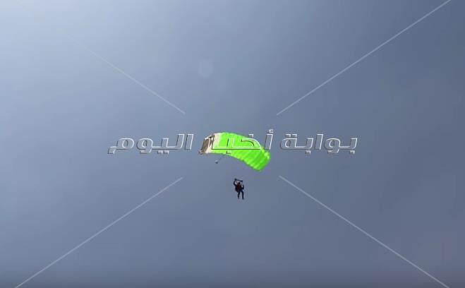 «بكرسي متحرك وجناحين».. أسامة كمشاد يحلق بجوار قمة خوفو