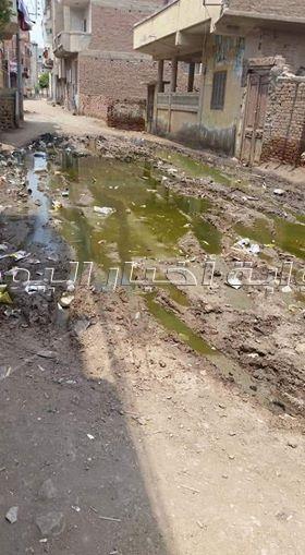 30صورة لغرق «قرية بهيدة» في مياه «الصرف الصحي»
